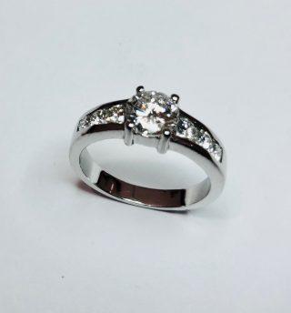 anillo de plata y diamantes